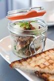 Modernes Küchefrühstück diente in einem kleinen Einmachglas Stockbild