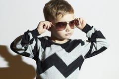 Modernes Kind in der Sonnenbrille und in der Strickjacke Little Boy Kindart und weise Stockbilder