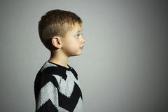 Modernes Kind in der Strickjacke Kinder in der erwachsenen Kleidung Kinder Little Boy Stockbild