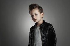 Modernes Kind im Ledermantel Stilvoller kleiner Junge Autumn Fashion stockfoto