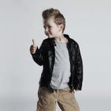 Modernes Kind im Ledermantel Stilvoller kleiner Junge Autumn Fashion stockbild