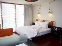 Modernes king-size Bett mit Lampen Lizenzfreie Stockbilder