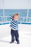 Modernes kleines Baby auf Yacht im Marinehemd, Hosen Stockbild