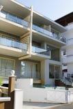 Modernes kleines Gebäude mit Terrassen für Touristen Lizenzfreie Stockfotos