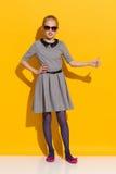 Modernes kleines Mädchen, das sich Daumen zeigt Stockbilder