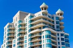 Modernes Kondominium mit Balkonen Stockbilder