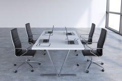 Modernes Konferenzzimmer mit enormen Fenstern mit Kopienraum Schwarze Lederstühle und eine weiße Tabelle mit Laptops Stockfotos