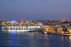 Modernes Kreuzschiff koppelte am Hafen von Havana an Stockfotos