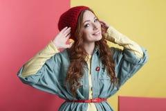 Modernes lächelndes Hippie-Mädchen im Hut Stockfotos