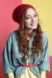 Modernes lächelndes Hippie-Mädchen im Hut Stockbild