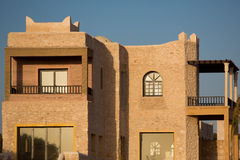 Modernes Landhaus in Essaouira bei Sonnenuntergang stockbild