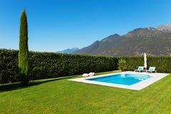 Modernes Landhaus mit Pool Stockbild