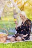 Modernes Lebensstil-Konzept: Kaukasische blonde Frau mit Ebook-tabl Lizenzfreies Stockfoto