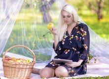 Modernes Lebensstil-Konzept: Kaukasische blonde Frau mit Ebook-tabl Stockbild