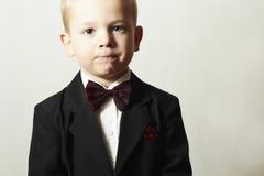 Modernes Little Boy in der Fliege. Stilvolles Kind. Modekinder. 4 Jahre altes Kind-im schwarzen Anzug Stockfotografie