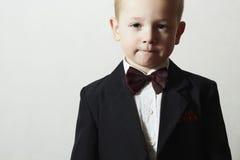 Modernes Little Boy in der Fliege. Stilvolles Kind. Modekinder. 4 Jahre altes Kind-im schwarzen Anzug Lizenzfreies Stockbild