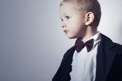 Modernes Little Boy in der Fliege. Stilvolles Kind. Modekinder. 4 Jahre altes Kind-im schwarzen Anzug Lizenzfreie Stockfotografie