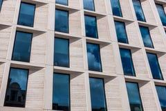 Modernes London-Büro, das Steinumhüllung zeigt Lizenzfreie Stockfotografie