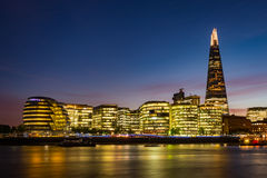 Modernes London-Panorama nach Sonnenuntergang - Südufer von der Themse Lizenzfreie Stockfotografie