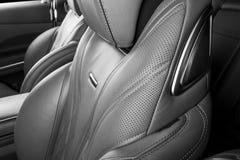 Modernes Luxusauto nach innen Innenraum des modernen Autos des Prestiges Bequeme lederne rote Sitze Perforiertes ledernes Cockpit lizenzfreie stockfotografie
