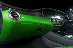 Modernes Luxusauto nach innen Innenraum des modernen Autos des Prestiges Bequeme Ledersitze Grünes perforiertes ledernes Cockpit  lizenzfreies stockfoto