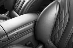 Modernes Luxusauto nach innen Innenraum des modernen Autos des Prestiges Bequeme Ledersitze Perforiertes ledernes Cockpit Automat lizenzfreie stockfotografie