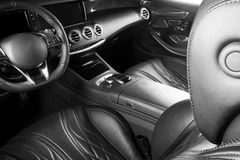 Modernes Luxusauto nach innen Innenraum des modernen Autos des Prestiges Bequeme Ledersitze Perforiertes ledernes Cockpit Moderne stockbild