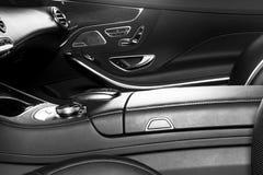 Modernes Luxusauto nach innen Innenraum des modernen Autos des Prestiges Bequeme Ledersitze Perforiertes ledernes Cockpit Moderne lizenzfreie stockfotos