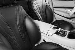 Modernes Luxusauto nach innen Innenraum des modernen Autos des Prestiges Bequeme Ledersitze Perforiertes ledernes Cockpit Moderne lizenzfreie stockfotografie