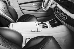 Modernes Luxusauto nach innen Innenraum des modernen Autos des Prestiges Bequeme Ledersitze Perforiertes ledernes Cockpit Lenkrad stockbilder