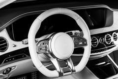Modernes Luxusauto nach innen Innenraum des modernen Autos des Prestiges Bequeme Ledersitze Perforiertes ledernes Cockpit Lenkrad lizenzfreie stockfotos