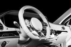 Modernes Luxusauto nach innen Innenraum des modernen Autos des Prestiges Bequeme Ledersitze Perforiertes ledernes Cockpit Lenkrad stockfoto