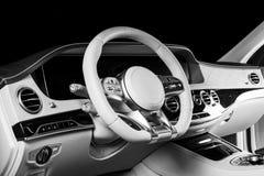 Modernes Luxusauto nach innen Innenraum des modernen Autos des Prestiges Bequeme Ledersitze Perforiertes ledernes Cockpit Lenkrad stockfotografie