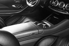 Modernes Luxusauto nach innen Innenraum des modernen Autos des Prestiges Bequeme Ledersitze Perforiertes ledernes Cockpit Lenkrad lizenzfreies stockbild