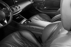 Modernes Luxusauto nach innen Innenraum des modernen Autos des Prestiges Bequeme Ledersitze Perforiertes ledernes Cockpit Lenkrad stockfotos