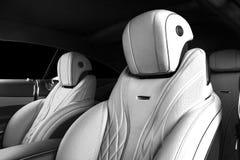 Modernes Luxusauto nach innen Innenraum des modernen Autos des Prestiges Bequeme Ledersitze Perforiertes ledernes Cockpit mit lok lizenzfreies stockbild