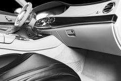 Modernes Luxusauto nach innen Innenraum des modernen Autos des Prestiges Bequeme Ledersitze Rotes perforiertes ledernes Cockpit S lizenzfreies stockbild