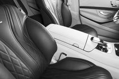 Modernes Luxusauto nach innen Innenraum des modernen Autos des Prestiges Bequeme Ledersitze Rotes perforiertes ledernes Cockpit M stockfoto