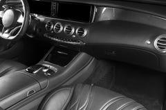 Modernes Luxusauto nach innen Innenraum des modernen Autos des Prestiges Bequeme Ledersitze Rotes perforiertes ledernes Cockpit M lizenzfreies stockfoto