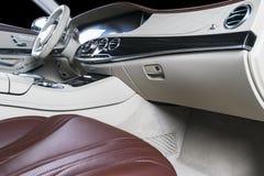 Modernes Luxusauto nach innen Innenraum des modernen Autos des Prestiges Bequeme Ledersitze Rotes perforiertes ledernes Cockpit m stockbilder