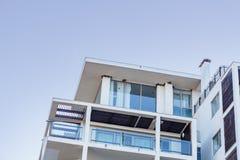 Modernes Luxuswohngebäude gegen blauen Himmel stockbilder