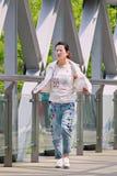Modernes Mädchen auf einer Fußgängerbrücke, Peking, China Lizenzfreie Stockfotos