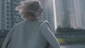 Modernes Mädchen, das auf hintere Ansicht der Stadt geht stock video