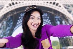 Modernes Mädchen, das selfie am Eiffelturm nimmt Stockbilder