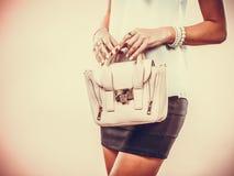 Modernes Mädchen, das Taschenhandtasche hält Lizenzfreies Stockfoto