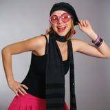 Modernes Mädchen in den rosafarbenen Sonnegläsern stockfotos