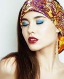Modernes Mädchen der Junge recht mit hellem Schal auf emotionaler Hauptposition Stockbild