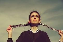 Modernes Mädchen, Frau mit langer indie Frisur stockfotografie