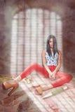 Modernes Mädchen im hellen Kleidungsstationieren Schatten des Gitters Verfassung und Bodyart Erscheinen Lizenzfreies Stockfoto