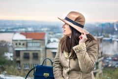 Modernes Mädchen im Park an einem Wintertag stockfotografie